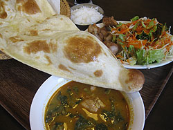 エベレストキッチン:チキンとホウレンソウとオクラのカレー